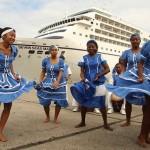 Los Garífuna con su tradicional baile dando la bienvenida a cruceros turisticos. Foto de www.VisitGuatemala.com