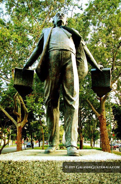 Miguel Angel Asturias estatua foto por Maynor Marino Mijangos - Miguel Ángel Asturias, Premio Nobel de Literatura en 1967
