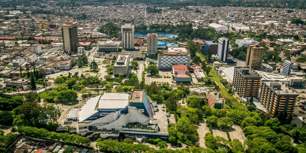 La fotografía de Marcelo Jiménez muestra el Centro Cívico, el Centro Cultural, una parte de las zonas deportivas y financieras de Guatemala