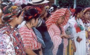 Estampa Folklórica presenta por una aspirante al cetro de Rabín Ajaw