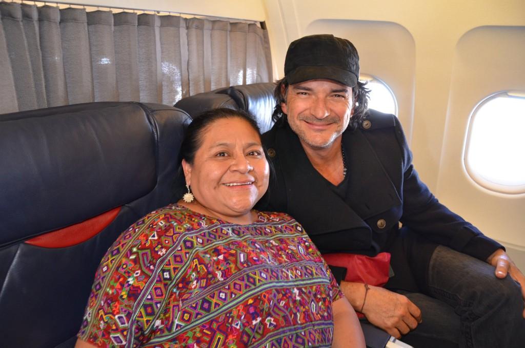 Rigoberta Menchú Tum, con el canta-autor guatemalteco Ricardo Arjona.