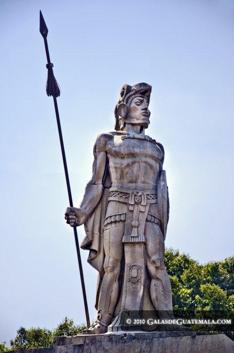 Foto de www.GalasdeGuatemala.com. El monumento a Tecún Úman obra de Roberto González Goyri.