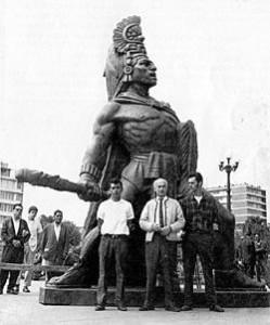 Tecun Uman, escultura creada por Rodolfo Galeotti Torres hace varias décadas, se erige imponentemente al inicio del Periférico en Xela, foto por