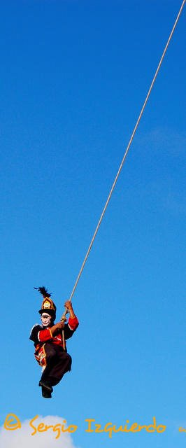 Dando vueltas en el palo volador de Chichicastenango. Sergio Izquierdo