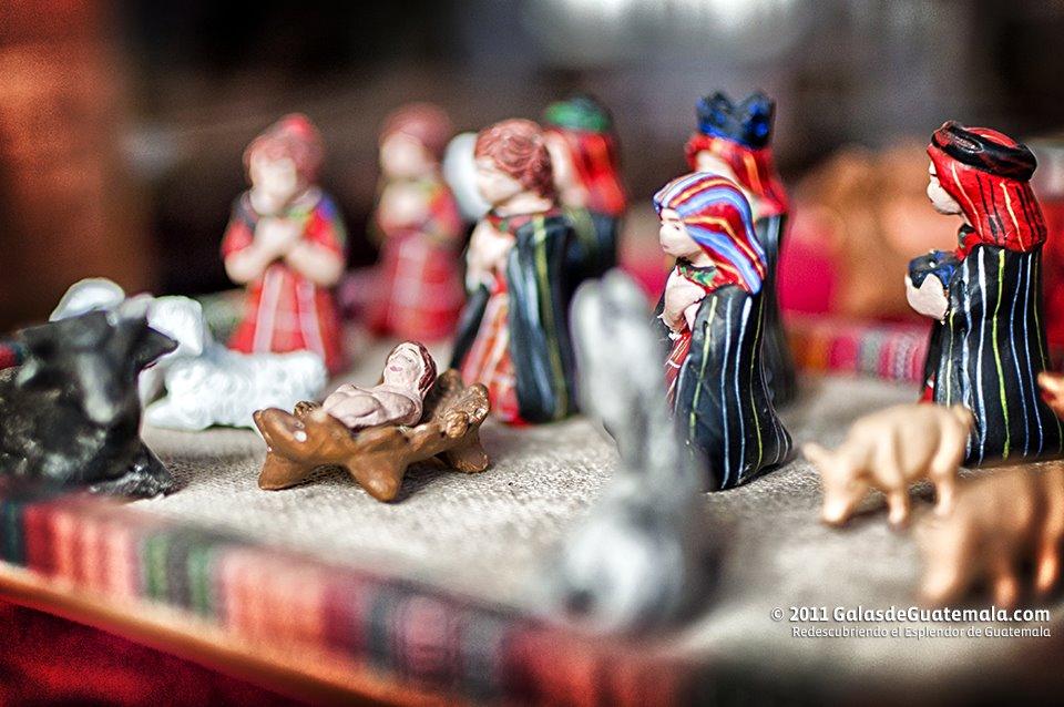 Estampa del nacimiento elaborado en barro policromado. Exposición Misterios de la Navidad Museo Casa Mima Ciudad de Guatemala. Fotografía Maynro Marino Mijangos - Asuetos y Feriados del año 2019