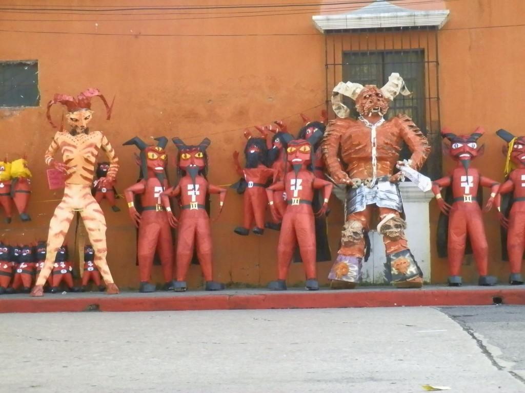 Los Diablitos de la tradición del 7 de diciembre. Fotografía de Mario Velásquez 1024x768 - La Tradición de La Quema del Diablo