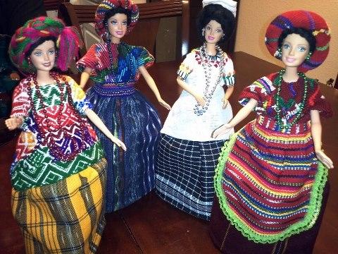 Barbies modelando trajes de San Marcos, Chichicastenongo, Nebaj, Coban - por Sergio Alexander