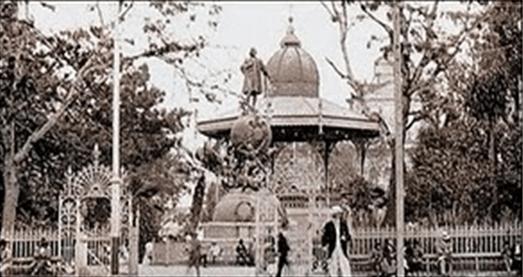 Monumento de Cristobal Colon, en la Plaza de Armas en 1896