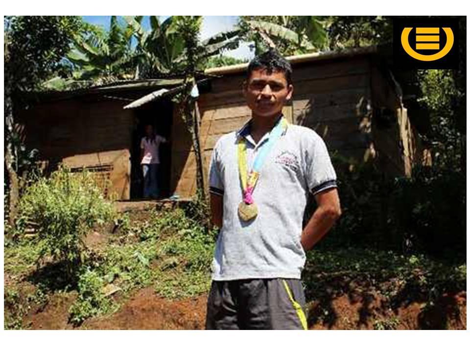Erick Barrondo, al fondo su humilde vivienda - por epitan_eu