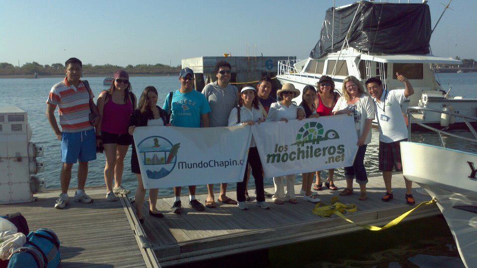 Los Mochileros - Avistamiento de ballenas - turistas con Banner