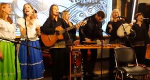 Video – Grupo en Rusia cantando la canción, El Grito