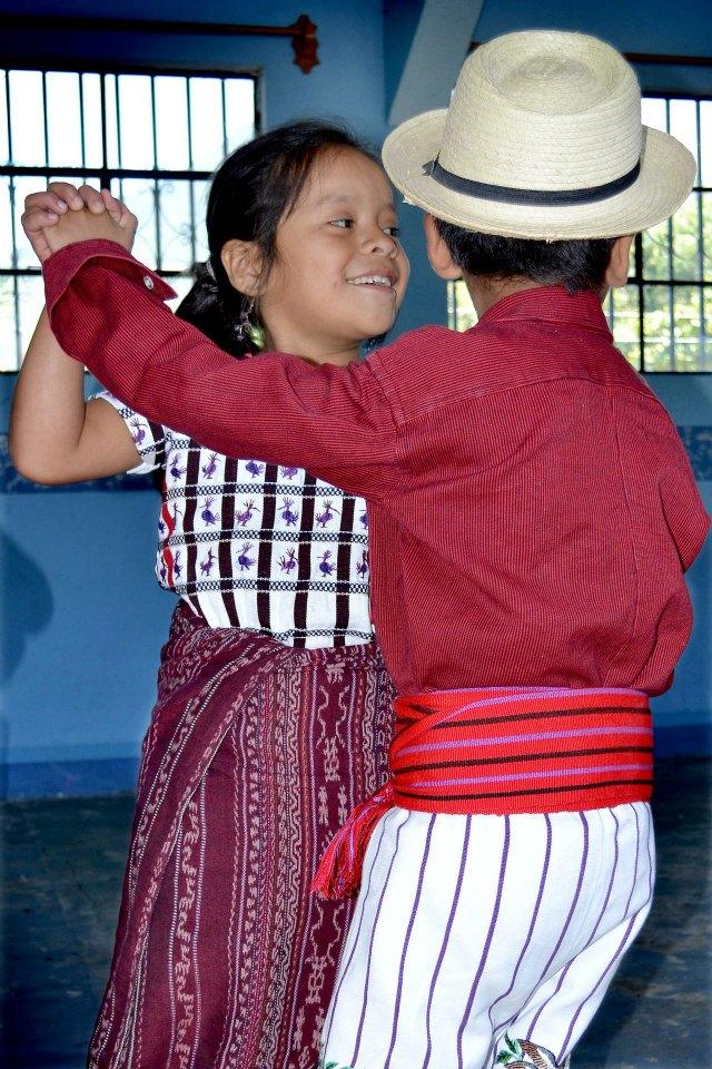Niños guatemaltecos bailando en Santiago Atitlán - foto por Mario A Ajanel