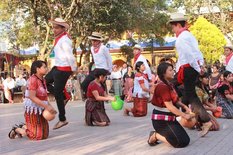 nuestros bailes y danzas en el parque de la concha acustica santa cruz del quiche foto por osorious oso - Los Sones, Bailes y Danzas Folclóricas en Guatemala