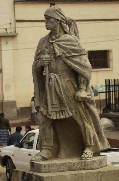 Estatua en honor a Atanasio Tzul situada en Totonicapán y esculpida por el guatemalteco Rodolfo Galeotti Torres foto por Wikiguate - Rodolfo Galeotti Torres, escultor