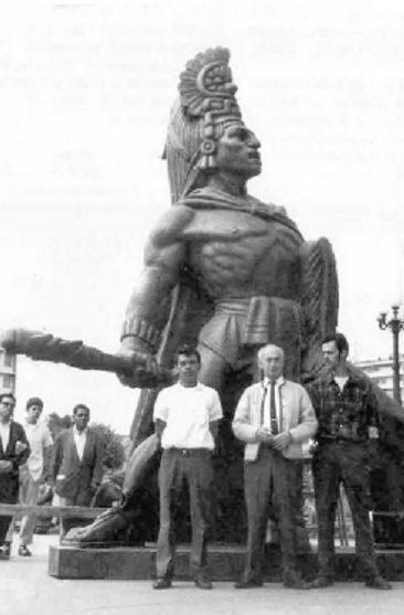 Rodolfo Galeotti Robles al centro de su obra 1970