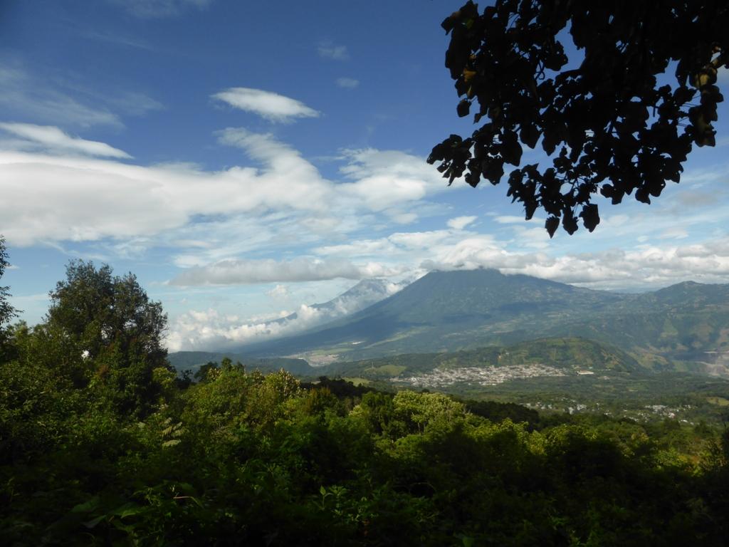 """Vista panorámica de Volcanes, Agua, Fuego y Acatenango desde """"La Meseta"""""""