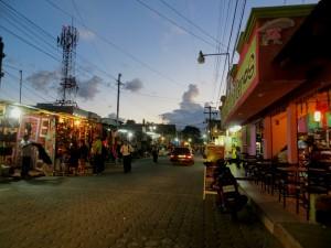 Panajachel Calle Santander foto por Augusto Rosales 300x225 - Tejidos y colores de Sololá