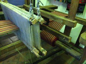 Los artesanos tienen vocación para los tejidos y bordados que van desde paños, güipiles, faldas hasta artículos como bolsos, morrales y mochilas.