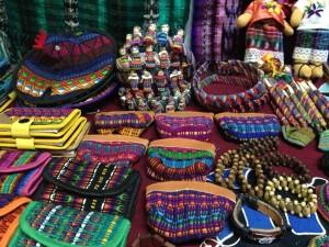 Los tejidos artesanales de Guatemala son considerados como el resultado de la influencia española que vino de la colonización.