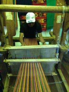 Para elaborar su mercadería, Cumes construyó su propio telar.