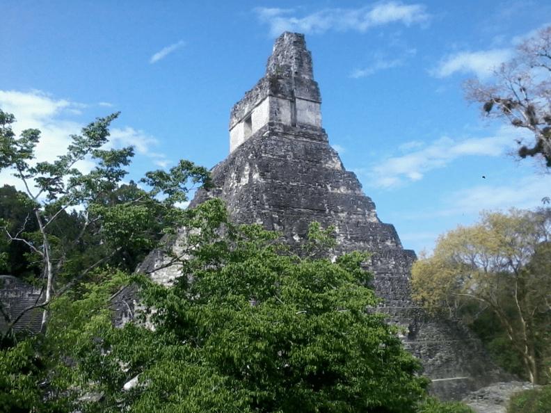 Templo I visto desde la acrópolis central.