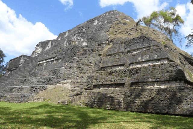 Pirámide de los 8 mascarones, uno de los primeros complejo astronómico del mundo maya.