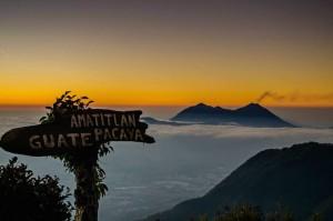 Amanecer en los volcanes foto por Cesar Santizo Foto 300x199 - Galería - Fotos de Guatemala por Cesar Santizo
