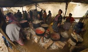 Cocinando desayuno en Santiago Sacatepequez foto por Carlos Villegas 300x179 - Galería - Fotos de Guatemala por Carlos Villegas
