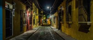 Las calles en La Antigua Guatemala foto por Hector Lopez Cruz 300x131 - Galeria - Fotos de Guatemala por Hector Lopez Cruz