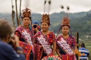 Las reinas en la celebracion en Santiago Sacatepequez foto por Carlos Villegas 300x198 - Galería - Fotos de Guatemala por Carlos Villegas