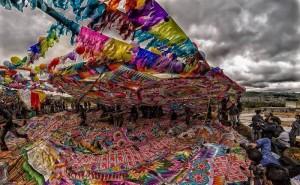Levantando el barrilete en Santiago Sacatepequez foto por Carlos Villegas 300x185 - Galería - Fotos de Guatemala por Carlos Villegas
