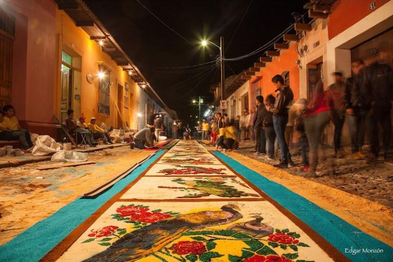 Alfombra de Semana Santa en La Antigua Guatemala foto por Edgar Monzon 768x512 - Asuetos y Feriados del año 2019