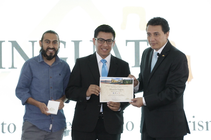 Elmer Calderón y Norman Raxón recibiendo el reconocimiento de manos de Jorge Mario Chajón Director del INGUAT.