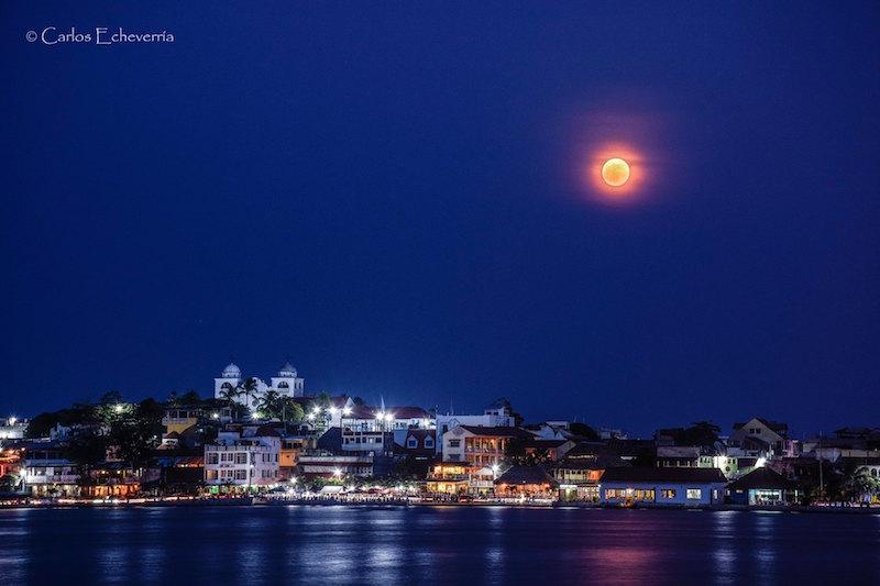 La super Luna y la isla de Flores foto por Carlos Echeverria - 5 lugares imperdibles en Guatemala
