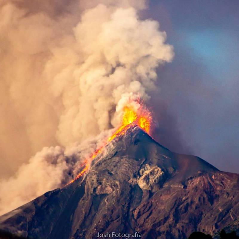 Volcán de Fuego en erupción - foto por Josh Fotografia