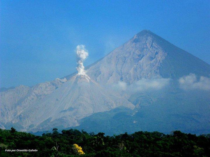 Volcanes Santiaguito y San Maria - foto de O Enrique Galvan Gonzales