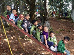 kidsonslide 300x225 - Escuela fue construida con material reciclado