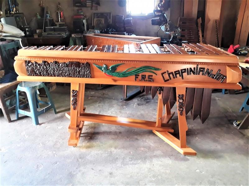 foto 6 - El árbol de hormigo se convierte en obra de arte cuando crean el instrumento nacional